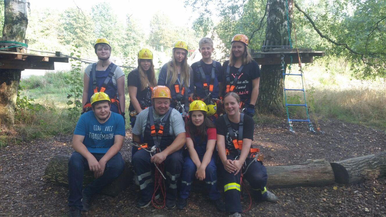Die Jugend im Kletterpark